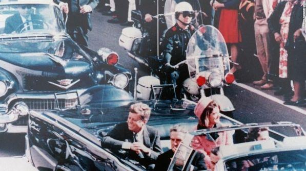 John Kennedy em Dallas, 1964, minutos antes de ser baleado.