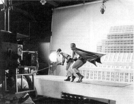 Bastidores da famosa cena de Batman e Robin escalando um edifício, da série de TV de 1966.