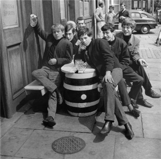 Já que falei dos Beatles, não posso deixar de mencionar os Rolling Stones, nesta foto em 1963.