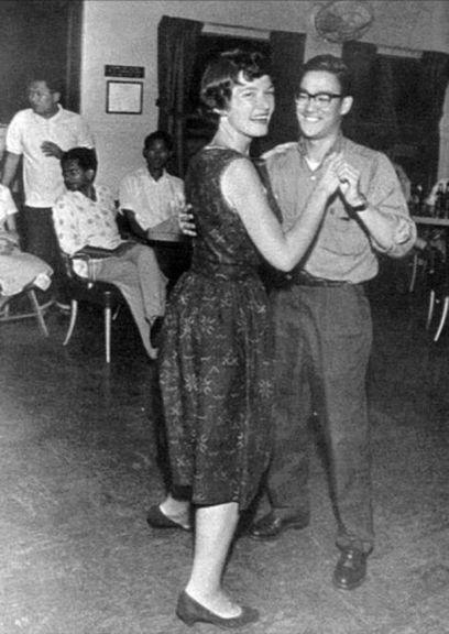 Bruce Lee em 1958, dançando cha-cha-cha. Ele foi um tremendo pé-de-valsa, campeão de um concurso desse ritmo em Hong Kong, naquele mesmo ano. Além de campeão de dança e mestre em artes marciais, Lee ainda era excelente boxeador!