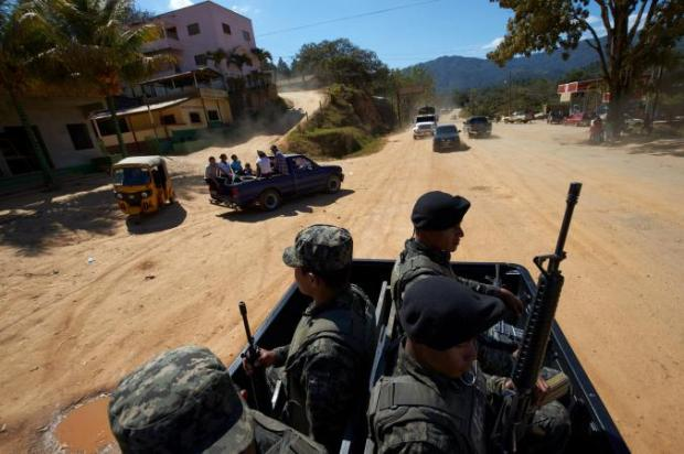 Soldados hondurenhos protegem a expedição dos pesquisadores por regiões remotas do país.