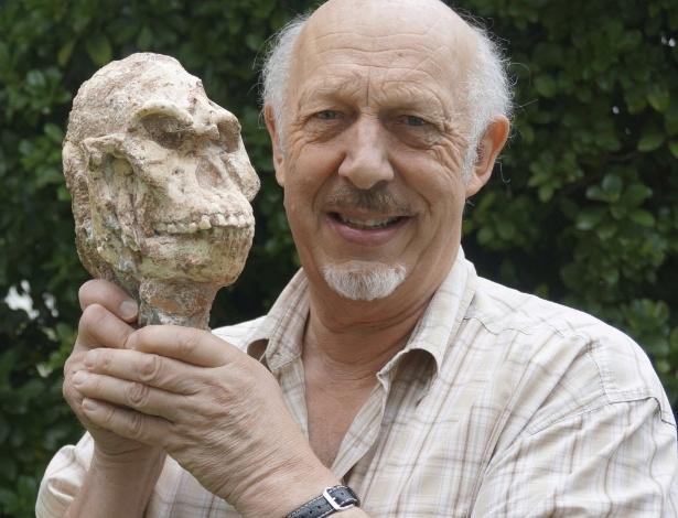 """O professor Ron Clarke, da Wits University da África do Sul, segura a caveira do """"Little Foot"""", em foto sem data definida."""