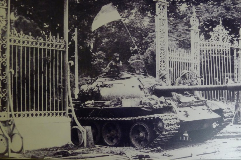 independence-palace-tank-sightseeing-scooter-tour-saigon-1024x683