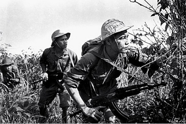 NVA-with-an-AK-47.-The-soldier-on-the-right-was-killed-shortly-after-this-photograph-was-taken-Doan-Cong-Tinh