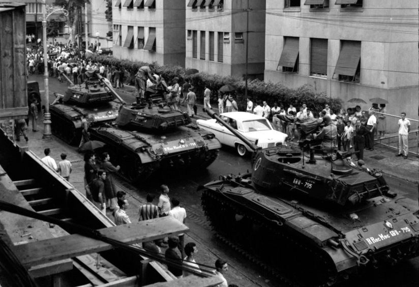 Tanques circulando nas ruas do Rio de Janeiro, concretizando a tomada do Governo pelos militares.