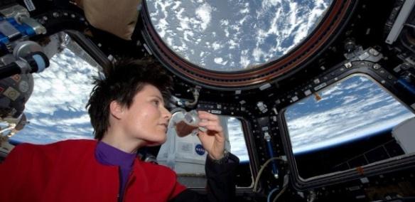 Nesta foto postada no Twitter, a astronauta italiana Samantha Cristoforetti bebe café em um copo projetado para uso em gravidade zero na Estação Espacial Internacional