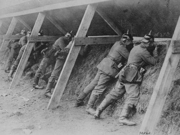 Soldados alemães defendendo trincheira na Bélgica.