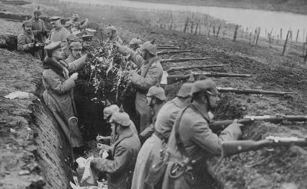 Soldados alemães na I Guerra Mundial comemorando o Natal na trincheira.
