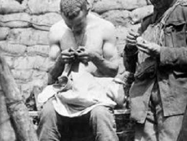 Soldado catando piolho