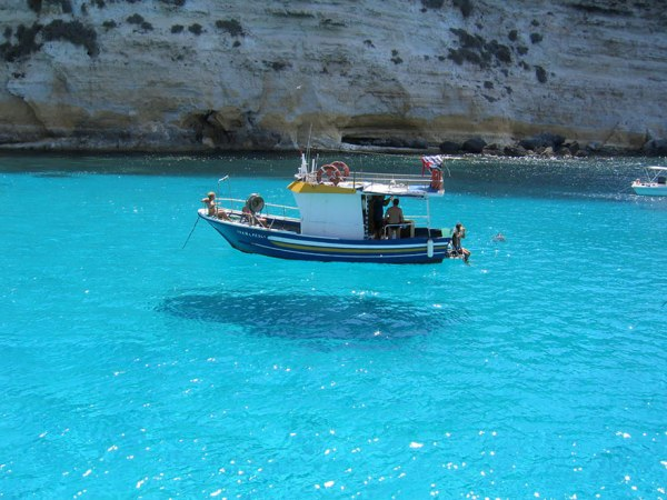 Barco que parece estar flutuando no ar, em Menorca, Espanha