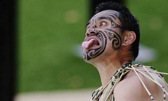 Tatuagens maoris e o Haka-capa