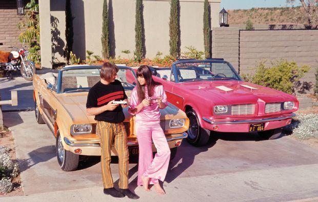 """Os Mustang conversíveis que ele fez sob encomenda para Sony e Cher, quando a cantora ainda era casada cm esse cantor. Eram customizados no espírito de """"ele e ela""""."""