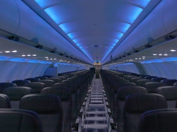Em voos noturnos, a luz da cabine é reduzida para adaptar os olhos dos passageiros a baixa luminosidade (Divulgação)