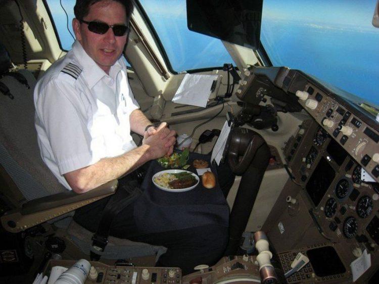 Comendo refeições diferentes, as chances de intoxicação dos dois pilotos é menor (reprodução/Instagram)