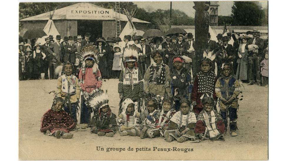 """Cartão postal com """"um pequeno grupo de peles vermelhas"""", exibidos em 1911"""
