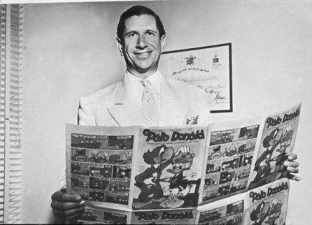 """Victor Civita, fundador da Editora Abril, com as provas de uma das primeiras edições da revista """"O Pato Donald""""."""