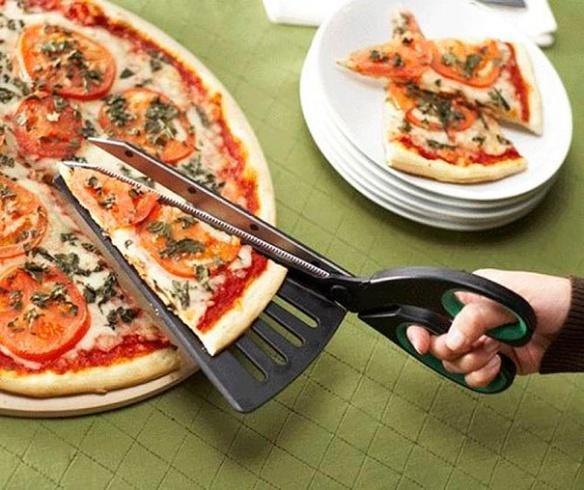 Essa eu gostei... Uma tesoura pra cortar pedaços de pizza todos do mesmo tamanho. Acabou-se a injustiça!
