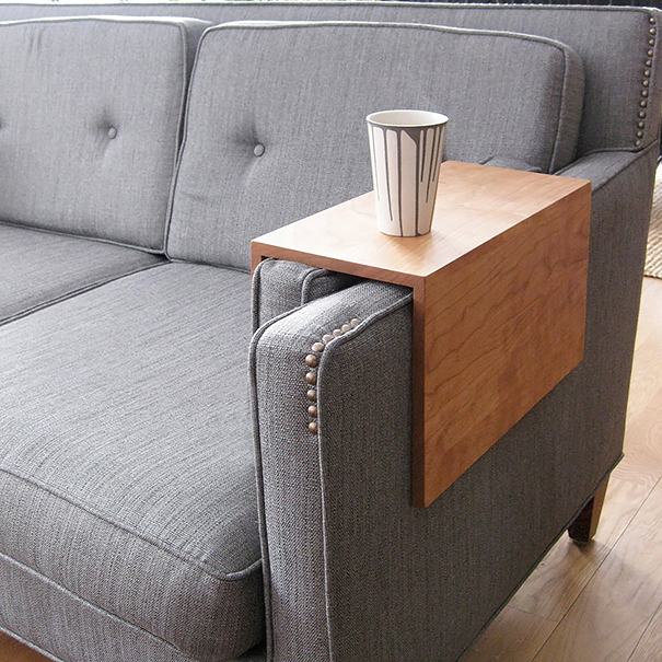 Mesa para braço de sofá. Esta já existe à venda em lojas de decoração, aperfeiçoada e muito mais bonita do que a da foto.
