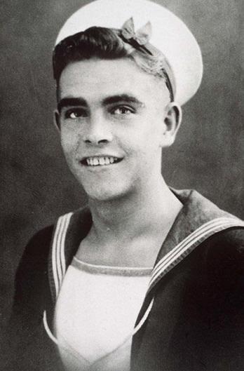 Ele tinha 22 anos quando a foto foi tirada, e estava prestando o serviço militar.