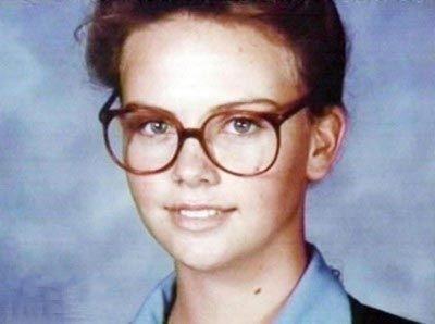 Já era uma gatinha aos 14 anos, e os óculos só acrescentavam charme.