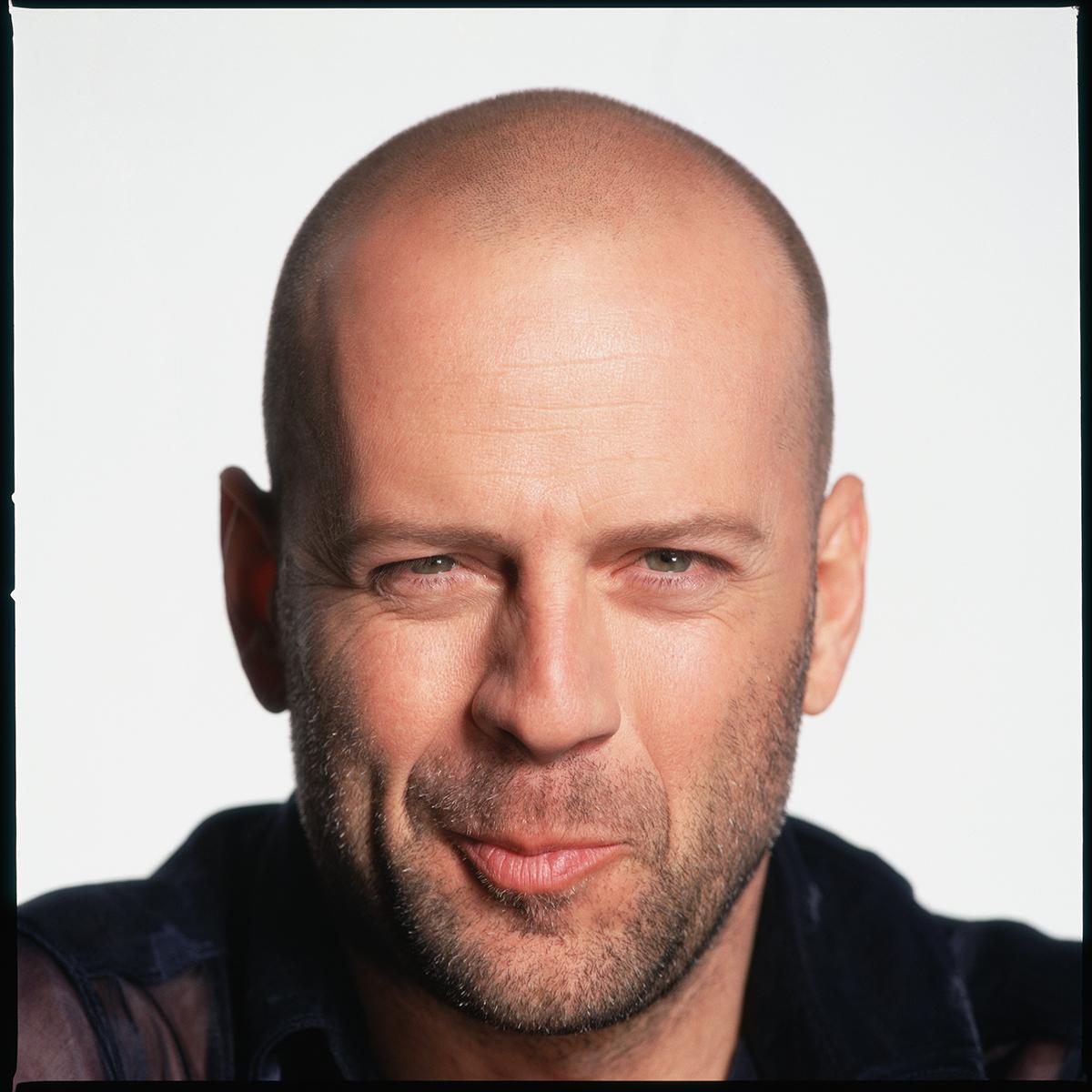 """Quando estrelou os mais populares filmes de ação, como """"Duro de Matar"""", Bruce Willis já havia superado esse problema. Embora, nos filmes, ele precisasse se expressar mais na porrada, mesmo..."""
