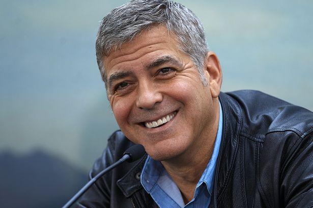"""Quem diria que o George Clooney de franja na juventude se tornaria um poderoso ator e diretor em Hollywood, arrasando os corações da mulherada ao tomar um Nespresso e dizer: """"What else?"""""""