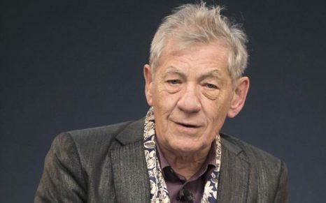 """Com uma carreira que cobre desde Shakespeare até filmes de ficção e fantasia no cinema, o multipremiado ator inglês Sir Ian McKellen tornou-se conhecido pelo grande público como o Gandalf dos filmes """"O Senhor dos Anéis""""."""