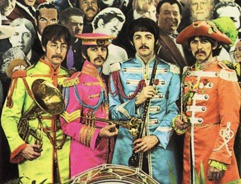Ali está ele, atrás de Ringo e Paul.