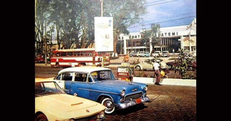 Hoje, onde havia esse osto de gasolina bem em frente a Shopping Iguatemi, há uma moderno e enorme prédio de escritórios.