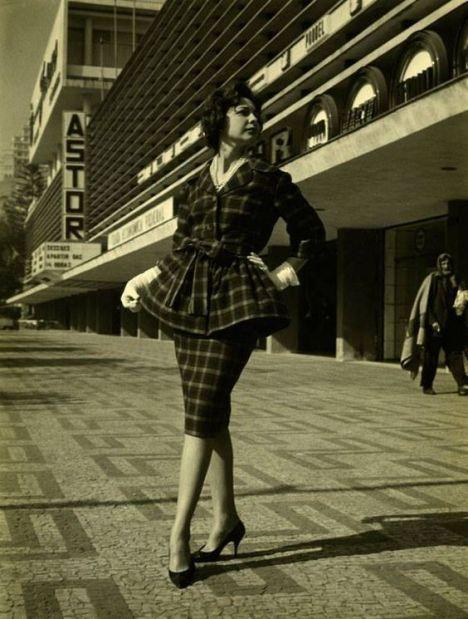Manequim posando no point mais chique dos anos 1960: Paulista com Augusta. Ao fundo, o antigo cine Astor no Conjunto Nacional.