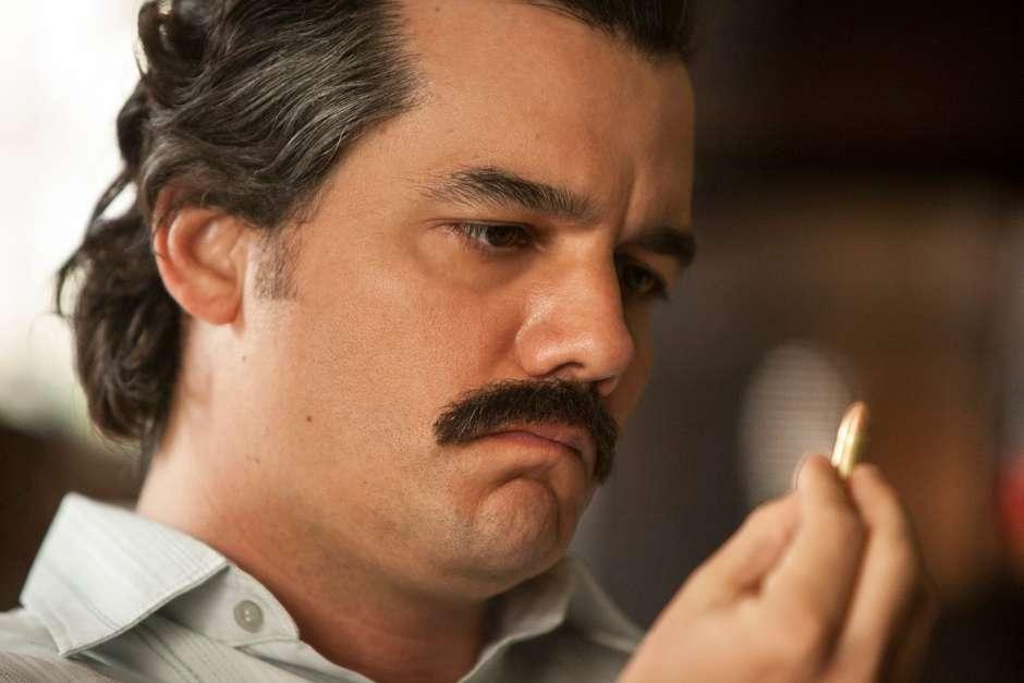 Wagner Moura dá um show como o líder do narcotráfico.