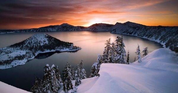 Este é o incrível lago Crater, onde o tronco de madeira flutua